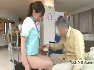 Rijpere patiënt licks jap nurses kut en anus