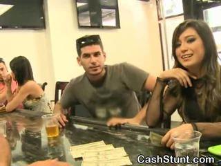 Mooi brunette amateur sucks gedurende geld talks stunt