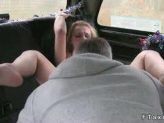 Blondine milf anaal geneukt in fake taxi in publiek