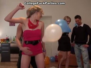 Erótico bonking females em um b dia festa