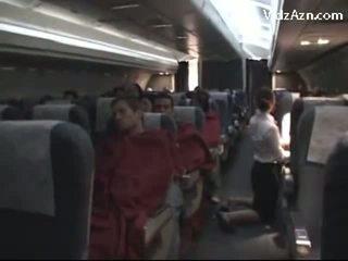 Lentoemäntä nykiminen passenger & tasting hänen kukko
