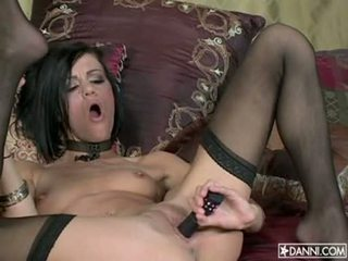 Lusty heet nymfomane addison rose inserts een speelbal in haar nauw bips en loves het