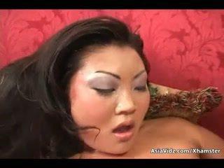 Netīras aziāti paklīdusi sieviete zīst un braukt anally a resnas melnas loceklis