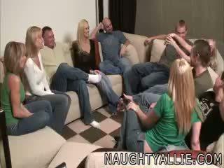 Party spelletje leads naar een reusachtig orgie swinger vrouwen