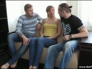 वह takes बंद उसके blue shirt