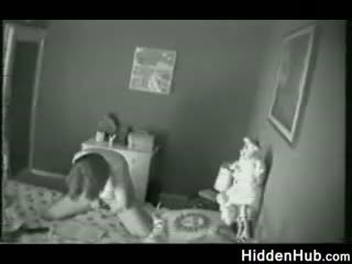 Moeder betrapt masturberen door een verborgen camera
