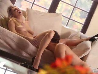 Mooi natalia starr gets geneukt cowgirl en op zen hondjes op een sofa video-