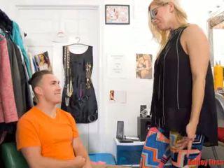 Mama works bij een striptease club (modern taboe familie)