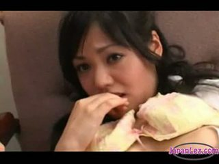 Aziatisch meisje fingered licked door 2 doctors op de stoel