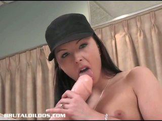 Amateur brunette fills haar poesje met een brutaal dildo