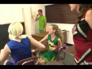 Bratty cheerleader afrukken rond drie meisjes