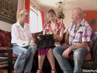 Горещ мама и баща ( parents) правя техен дъщеря нудисти и имам секс