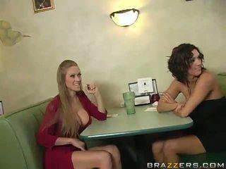 Abby rode og dylan ryder forfør en waiter og del hans python