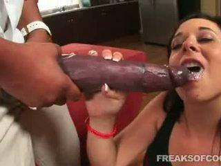 Soaked porno floozy aarielle alexis stuffs tema suu koos a monster peenis