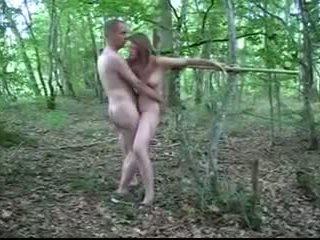 Belle salope soumise a la baise dans les bois