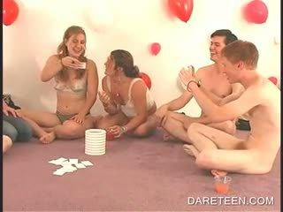 Setengah telanjang akademi remaja bermain seks pertandingan