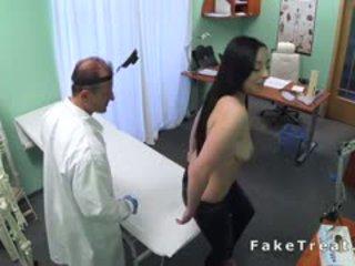 醫生 examines 大 beasts