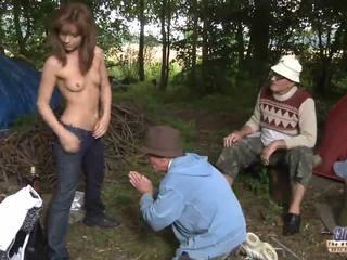 Two stary men pieprzyć a dziewczyna na jej wiskhey