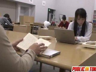 Seksikas jaapani õpilane perses sisse the klassiruum