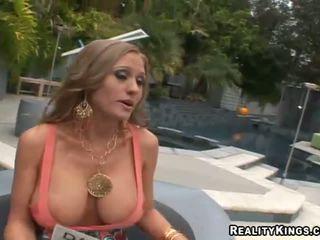 बड़े स्तन, लड़कियां