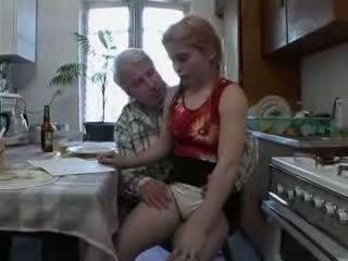 Sb3 ona knows co na očekávat kdy dědeček gives ji a