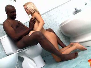 Νέος ξανθός/ιά με μικρό boobies gets banged με μαύρος/η καβλί σε μπάνιο