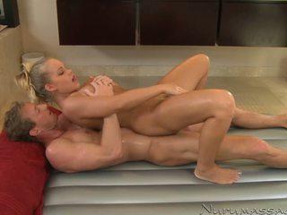 Britney jaunas earns a naujas weekly masažas parlor visitor