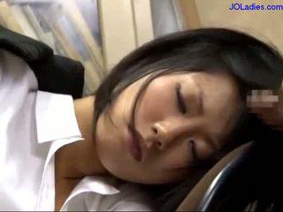 ออฟฟิศ ผู้หญิง นอน บน the เก้าอี้ getting เธอ ปาก ระยำ licking guy ควย ใน the ออฟฟิศ