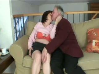 Vecs grandfather jāšanās šī uzbudinātas vecmāmiņa paklīdusi sieviete