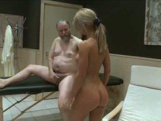 Two muda kanak-kanak perempuan fuck lama garndpa dalam sauna