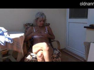 Ondeugend ouder oma masturberen met speelbal video-