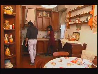 Italiaans housewive geneukt door hubby en vader
