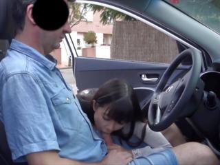 Aziāti opens strangers automašīna un gives minēts uz publisks