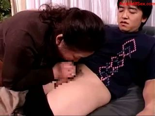 Gorda madura mujer giving mamada para joven guy corrida a boca spitting a palm en la sillón getting su pezones sucked en la cama