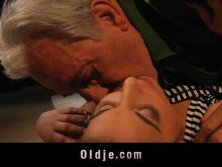 Seniai vyras ir youthful į a shag lesson