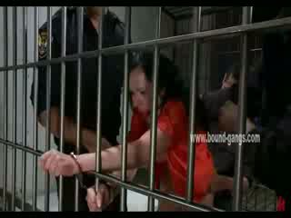 Gagged 褐发女郎 inmate gets 她的 屁股 aggressively 性交 由 一 bunch 的 角质 officers