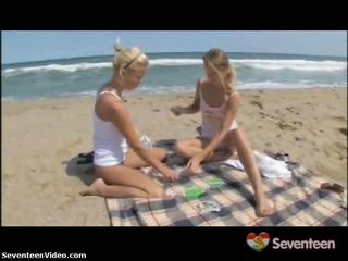 Sapphic dolls onto de seashore