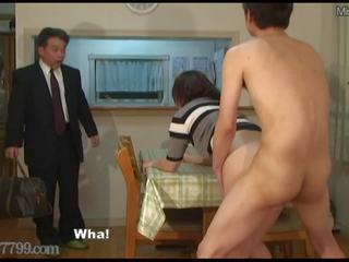 اليابانية الديوث shared زوجة مارس الجنس من doggy أسلوب.