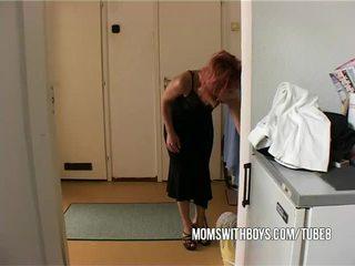 Stiefmoeder helps jong jongen getting hard