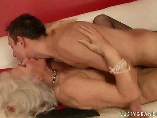 Fierbinte pieptoasa bunica futand o baiat