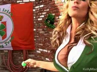 Nemfomanyak kelly madison lifts onu petticoat için bir sikme outdoors