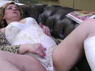 Възрастни aunty с broken крак и жаден дупе и путка