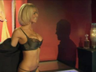 Garš haired blondīne hammered suņveidīgi par the galds: porno 17