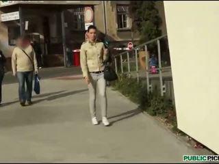Tsjechisch tiener hottie rides op piemel outdoors