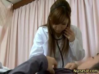 Pesakit gets keras sebagai warga asia jururawat examines