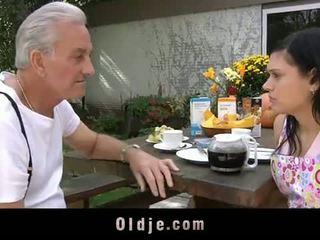 Oldje: סבא david pounds a חם נוער ב שלו yard