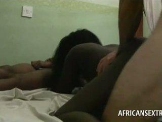 Excited beli turist natepavanje afričanke mini in slick fu