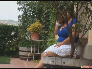 Krūtainas meitene takes a karstās tub
