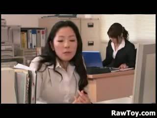 Di sana adalah sebuah penis buatan di itu kantor
