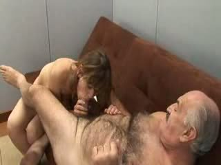 Vectēvs un meitene jauns